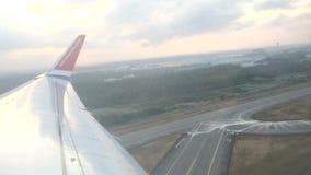 Οι νορβηγικές αερογραμμές jetliner πετούν στα ύψη με μια άποψη μέσω των σύννεφων βροντής απόθεμα βίντεο