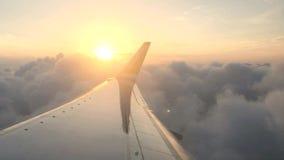 Οι νορβηγικές αερογραμμές jetliner πετούν στα ύψη με μια άποψη προς το ηλιοβασίλεμα απόθεμα βίντεο