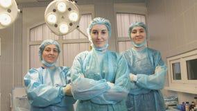Οι νοσοκόμες διασχίζουν τα όπλα τους στο λειτουργούν δωμάτιο Στοκ Εικόνες