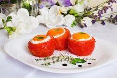 Οι ντομάτες γέμισαν τα αυγά με τη σάλτσα βασιλικού και θυμαριού ταΐζοντας τον εορταστικό εορτασμό όμορφη ακόμα ζωή Στοκ φωτογραφία με δικαίωμα ελεύθερης χρήσης