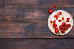 Οι ντομάτες κερασιών, πιπέρια, τσίλι στον ξύλινο πίνακα Στοκ φωτογραφία με δικαίωμα ελεύθερης χρήσης