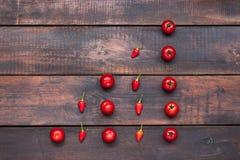 Οι ντομάτες κερασιών, πιπέρια, τσίλι στον ξύλινο πίνακα Στοκ εικόνα με δικαίωμα ελεύθερης χρήσης