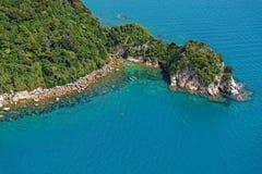 Οι ντυμένοι λόφοι του Μπους φθάνουν κάτω στη θάλασσα στο εθνικό πάρκο του Abel Tasman της Νέας Ζηλανδίας στοκ εικόνες με δικαίωμα ελεύθερης χρήσης