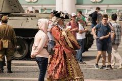 Οι ντυμένοι με κοστούμι άνθρωποι περπατούν στο τετράγωνο παλατιών Στοκ εικόνες με δικαίωμα ελεύθερης χρήσης