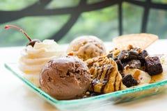 οι νόστιμες τηγανίτες με την τριζάτη βάφλα παγωτού σοκολάτας κτύπησαν την κρέμα με το αμύγδαλο κερασιών brownies και chocolat το  στοκ εικόνες με δικαίωμα ελεύθερης χρήσης