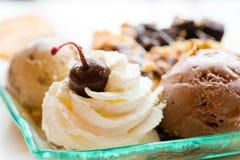 οι νόστιμες τηγανίτες με την τριζάτη βάφλα παγωτού σοκολάτας κτύπησαν την κρέμα με το αμύγδαλο κερασιών brownies και chocolat το  στοκ φωτογραφία με δικαίωμα ελεύθερης χρήσης