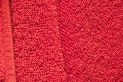 Οι ξηρές πετσέτες λουτρών είναι κόκκινες στο λουτρό Στοκ φωτογραφίες με δικαίωμα ελεύθερης χρήσης