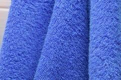 Οι ξηρές πετσέτες λουτρών είναι μπλε στο λουτρό Στοκ φωτογραφίες με δικαίωμα ελεύθερης χρήσης