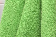 Οι ξηρές πετσέτες λουτρών είναι πράσινες στο λουτρό Στοκ φωτογραφίες με δικαίωμα ελεύθερης χρήσης