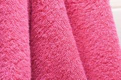 Οι ξηρές πετσέτες λουτρών είναι ρόδινες στο λουτρό Στοκ Φωτογραφίες