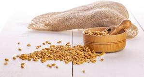 Οι ξηροί σπόροι σίτου, σιτάρια στο ξύλινο κύπελλο στοκ φωτογραφία με δικαίωμα ελεύθερης χρήσης