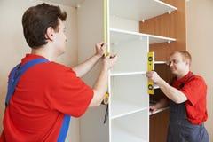 Οι ξυλουργοί ντουλαπών στην εγκατάσταση εργάζονται Στοκ φωτογραφία με δικαίωμα ελεύθερης χρήσης