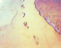 Οι ξυπόλυτες τυπωμένες ύλες στην παραλία στρώνουν με άμμο την ψηφιακή απεικόνιση Εξασθενισμένη άποψη παραλιών με το ομαλό κύμα θά διανυσματική απεικόνιση