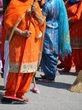 Οι ξυπόλυτες γυναίκες με τα μακριά ενδύματα σκουπίζουν τον τρόπο κατά τη διάρκεια του σιχ γ στοκ εικόνες με δικαίωμα ελεύθερης χρήσης