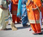 Οι ξυπόλυτες γυναίκες σκουπίζουν τον τρόπο κατά τη διάρκεια της σιχ τελετής θρησκείας στοκ φωτογραφίες