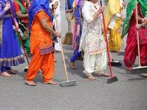 οι ξυπόλυτες γυναίκες σκουπίζουν το δρόμο κατά τη διάρκεια του εορτασμού κατά μήκος στοκ φωτογραφία