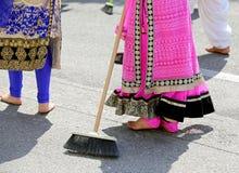οι ξυπόλυτες γυναίκες της σιχ θρησκείας με τα ζωηρόχρωμα ενδύματα σκουπίζουν στοκ φωτογραφία με δικαίωμα ελεύθερης χρήσης
