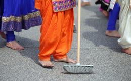οι ξυπόλυτες γυναίκες της σιχ θρησκείας με τα ζωηρόχρωμα ενδύματα σκουπίζουν στοκ εικόνα με δικαίωμα ελεύθερης χρήσης
