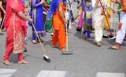 οι ξυπόλυτες γυναίκες της σιχ θρησκείας σκουπίζουν το δρόμο κατά τη διάρκεια του celebr στοκ φωτογραφία με δικαίωμα ελεύθερης χρήσης