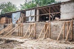 Οι ξύλινες ακτίνες ενίσχυσης που κρατούν τον παλαιό τουβλότοιχο του και χαλασμένου σπιτιού κατέρρευσαν στο σεισμό ή άλλος φυσικός στοκ φωτογραφία