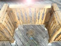 Οι ξύλινες πόρτες, οι πύλες είναι ανοικτές το φως στοκ εικόνες με δικαίωμα ελεύθερης χρήσης