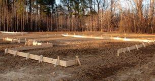 Οι ξύλινες σανίδες περιγράφουν το σημείο για ένα νέο σπίτι στοκ φωτογραφία με δικαίωμα ελεύθερης χρήσης