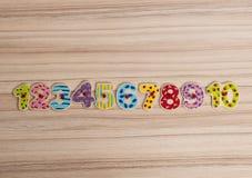 Οι ξύλινοι χρωματισμένοι αριθμοί σε ένα επίπεδο σειρών βρέθηκαν Στοκ εικόνες με δικαίωμα ελεύθερης χρήσης