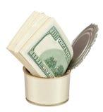 Οι λογαριασμοί δολαρίων στο μέταλλο μπορούν στο άσπρο υπόβαθρο Στοκ φωτογραφίες με δικαίωμα ελεύθερης χρήσης