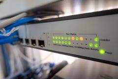 Οι οδηγήσεις διακοπτών δικτύων παρουσιάζουν σε απευθείας σύνδεση πράσινη και πορτοκαλιά θέση στοκ εικόνα με δικαίωμα ελεύθερης χρήσης