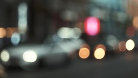 Οι οδοί της πόλης βραδιού ανάβουν από τους προβολείς των αυτοκινήτων φιλμ μικρού μήκους