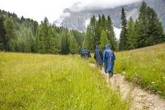 Οι οδοιπόροι κατεβαίνουν στην κοιλάδα από τα βουνά των δολομιτών Στοκ φωτογραφία με δικαίωμα ελεύθερης χρήσης