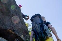 Οι οδοιπόροι στηρίζονται στην πέτρα πεζοποριεις Στοκ φωτογραφίες με δικαίωμα ελεύθερης χρήσης
