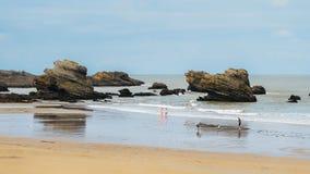 Οι οικογένειες χαλαρώνουν στην παραλία κηλίδων ηλίου Grande σε Μπιαρίτζ, Aquitaine Γαλλία, μια δημοφιλής παραθεριστική πόλη στο Β στοκ εικόνες με δικαίωμα ελεύθερης χρήσης