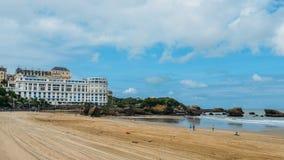 Οι οικογένειες χαλαρώνουν στην παραλία κηλίδων ηλίου Grande σε Μπιαρίτζ, Aquitaine Γαλλία, μια δημοφιλής παραθεριστική πόλη στο Β στοκ εικόνες