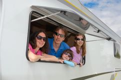 Οι οικογενειακές διακοπές, ταξίδι rv με τα παιδιά, ευτυχείς γονείς με τα παιδιά έχουν τη διασκέδαση στο ταξίδι διακοπών στο motor Στοκ φωτογραφία με δικαίωμα ελεύθερης χρήσης