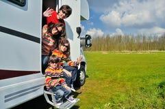 Οι οικογενειακές διακοπές, ταξίδι rv με τα παιδιά, ευτυχείς γονείς με τα παιδιά στις διακοπές σκοντάφτουν στο motorhome Στοκ Φωτογραφίες