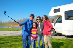 Οι οικογενειακές διακοπές, ταξίδι rv με τα παιδιά, ευτυχείς γονείς με τα παιδιά έχουν τη διασκέδαση και κάνουν selfie στο ταξίδι  Στοκ φωτογραφία με δικαίωμα ελεύθερης χρήσης