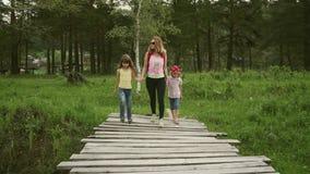 Οι οικογενειακοί εξερευνητές πρόκειται να πάνε σε μια ξύλινη γέφυρα mom και δύο μικρά κορίτσια πήγε σε ένα ταξίδι φιλμ μικρού μήκους