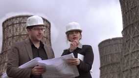 Οι οικολόγοι συζητούν τα σφαιρικά προβλήματα της προστασίας του περιβάλλοντος Αρχιτέκτονες στο εργοτάξιο οικοδομής μέσα απόθεμα βίντεο