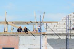Οι οικοδόμοι εργαζομένων κάνουν την εγκατάσταση των υλικών σκαλωσιάς στοκ φωτογραφία με δικαίωμα ελεύθερης χρήσης