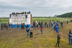 Οι ομάδες μαίνονται το μεγάλο τοίχο στη φυλή extrim Tyumen Ρωσία Στοκ Εικόνες