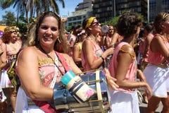 Οι ομάδες του Ρίο καρναβάλι παρήλασαν μέσω της πόλης και προειδοποιούν για τους κινδύνους ιών Zika Στοκ Εικόνες