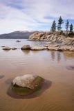 Οι ομαλοί βράχοι καθαρίζουν το λιμάνι άμμου Tahoe λιμνών νερού Στοκ φωτογραφία με δικαίωμα ελεύθερης χρήσης