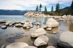 Οι ομαλοί βράχοι καθαρίζουν το λιμάνι άμμου Tahoe λιμνών νερού Στοκ εικόνες με δικαίωμα ελεύθερης χρήσης