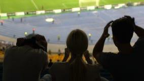 Οι οπαδοί ποδοσφαίρου που ματαιώνονται συγκινήσεις με την απώλεια της αντιστοιχίας στο στάδιο, παρουσιάζουν απελπισμένες απόθεμα βίντεο