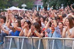 Οι οπαδοί μουσικής επιδοκιμάζουν στη συναυλία της ορχήστρας ροκ Chaif