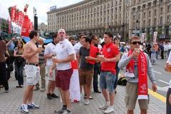 Οι οπαδοί ποδοσφαίρου από την Αγγλία έχουν τη διασκέδαση Στοκ εικόνες με δικαίωμα ελεύθερης χρήσης