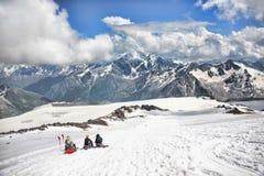 Οι ορειβάτες κάθονται στην κλίση του υποστηρίγματος Elbrus Στοκ Εικόνες