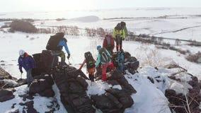 Οι ορειβάτες, μια φιλική ομάδα, περνούν από έναν απότομο βράχο βουνών _ φιλμ μικρού μήκους