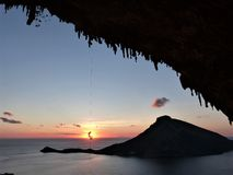 Οι ορειβάτες ονειρεύονται το ηλιοβασίλεμα στα kalymnos στοκ φωτογραφία με δικαίωμα ελεύθερης χρήσης